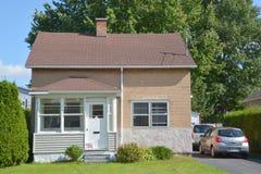 Casa típica do bungalow 70s Fotos de Stock