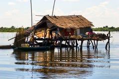 Casa típica no lago da seiva de Tonle, Fotografia de Stock