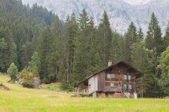 Casa típica nos alpes suíços Imagem de Stock