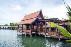 Casa tailandesa cerca de la charca Foto de archivo libre de regalías