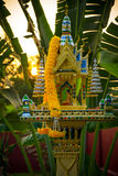 Casa tailandesa del alcohol del lado con las plantas y el sol de la mañana Fotos de archivo libres de regalías