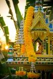 Casa tailandesa del alcohol del lado con las plantas y el sol de la mañana Foto de archivo libre de regalías