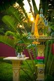 Casa tailandesa del alcohol del lado con las plantas y el sol de la mañana Foto de archivo