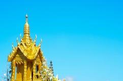 Casa tailandesa del alcohol en fondo del cielo azul Imagen de archivo