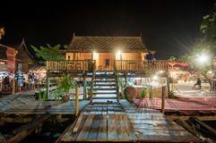 Casa tailandesa del estilo en la noche Imágenes de archivo libres de regalías