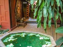 Casa tailandesa y jardín tropical Foto de archivo libre de regalías