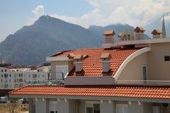 casa Telha-telhada no sol em um fundo das montanhas no verão Fotografia de Stock Royalty Free
