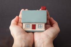 Casa tenuta in mani Immagine Stock