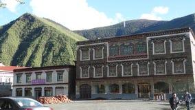 Casa tibetana do estilo contra um fundo da montanha Fotos de Stock Royalty Free