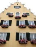 Casa tipica con i fiori nella città di Nordlingen in Germania Fotografia Stock