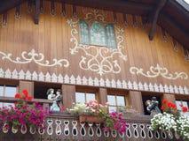 Casa tipica degli orologi di cuculo Immagine Stock