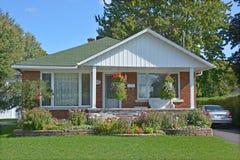 Casa tipica del bungalow 70s Immagini Stock