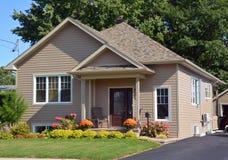 Casa tipica del bungalow 70s Immagini Stock Libere da Diritti