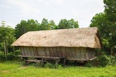 Casa tipica della gente di rai del ` di J in alta terra centrale del Vietnam Immagine Stock