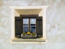 Casa tipica della montagna della finestra Fotografie Stock Libere da Diritti