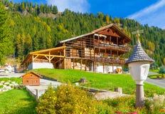 Casa tipica delle alpi italiane Fotografia Stock