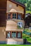 Casa tipica delle dolomia - montagne italiane - Europa Immagini Stock