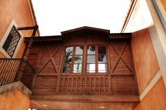 Casa tipica e variopinta in un frutteto della palma a Elche, Spagna immagini stock libere da diritti