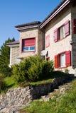 Casa tipica nelle alpi svizzere Fotografia Stock Libera da Diritti