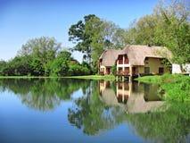 Casa tradicional ao lado do lago Fotografia de Stock Royalty Free