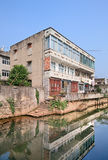 Casa tradicional cerca del canal en una vecindad vieja, provincia de Wenzhou, Zhejiang, China Fotos de archivo
