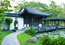 Casa tradicional china en parque público Fotografía de archivo