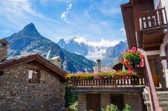 Casa tradicional com as flores em Courmayeur Imagens de Stock