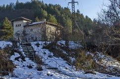 Casa tradicional com construção e a escadaria antigas velhas na vila Pancharevo Fotos de Stock Royalty Free