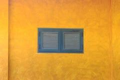 Casa tradicional con la fachada amarilla y ventanas altas con los balconets en Lisboa, Portugal imagenes de archivo