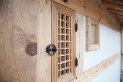 Casa tradicional de Corea, cerca, pared, árbol foto de archivo libre de regalías