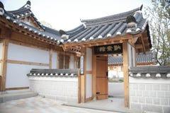 Casa tradicional de Corea, cerca, pared, ?rbol foto de archivo