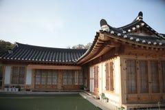 Casa tradicional de Corea, cerca, pared, ?rbol imagen de archivo libre de regalías