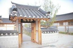 Casa tradicional de Corea, cerca, pared, ?rbol fotografía de archivo libre de regalías