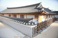 Casa tradicional de Corea, cerca, pared, ?rbol fotos de archivo libres de regalías