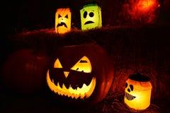 Casa tradicional de la decoración a Halloween en una calabaza con una cara y las velas dentro Imágenes de archivo libres de regalías