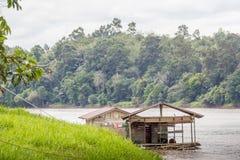 Casa tradicional de madeira na costa do rio kalimantan imagem de stock royalty free