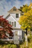 Casa tradicional de Nueva Inglaterra en la caída Fotos de archivo