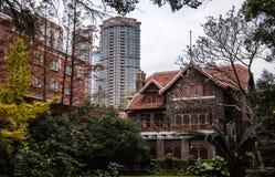 Casa tradicional de Shanghai China e torre moderna Foto de Stock Royalty Free