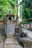 La casa tradicional del Balinese de bebidas espirituosas acerca a la cascada Imágenes de archivo libres de regalías