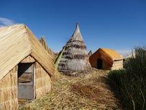 Casa tradicional do uru no lago do titicaca perto do puno imagens de stock royalty free