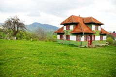 Casa tradicional em um Spring Hill Imagens de Stock Royalty Free