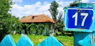 Casa tradicional en el pueblo de Ostratu en Rumania Foto de archivo