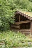 Casa tradicional escandinava con el tejado verde Imagenes de archivo