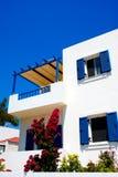 Casa tradicional griega situada en Santorini Imágenes de archivo libres de regalías