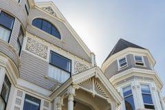Casa tradicional gris clara hermosa del victorian Imágenes de archivo libres de regalías