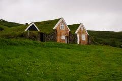 Casa tradicional islandêsa coberta com a grama, em Islândia do sul fotos de stock