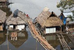 Casa tradicional no Rio Amazonas em Iquitos, Peru fotografia de stock