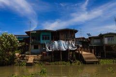 Casa tradicional tailandesa a lo largo del río, viviendo con natural Fotografía de archivo libre de regalías