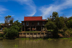 Casa tradicional tailandesa a lo largo del río, viviendo con natural Fotografía de archivo