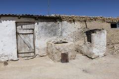 Casa tradicional vieja con la estufa en Bulunkul en Tayikistán fotos de archivo libres de regalías